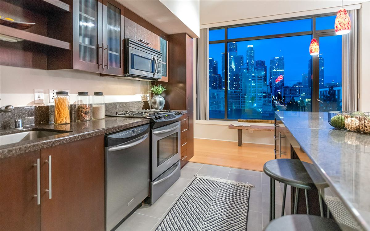 Luxury homes bright corner unit with UNPARALLELED CITY VIEWS