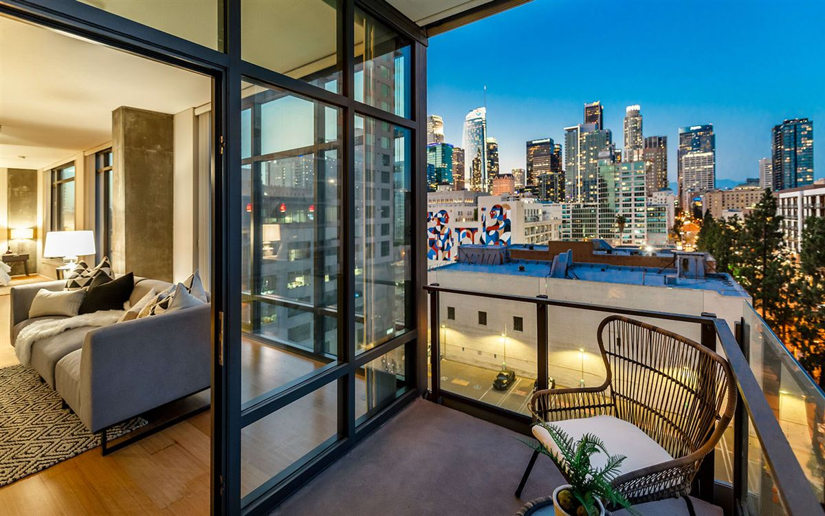 Mansions bright corner unit with UNPARALLELED CITY VIEWS