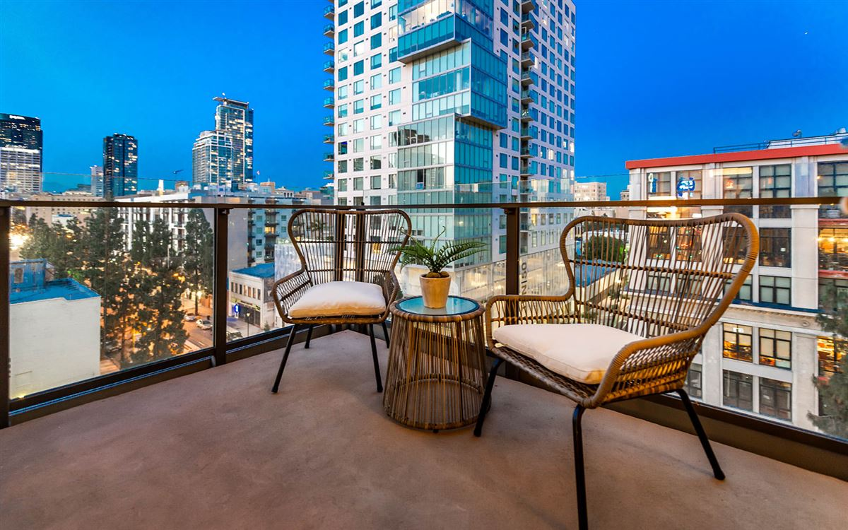 bright corner unit with UNPARALLELED CITY VIEWS mansions