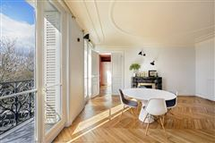 floor-through apartment with a view of the Seine mansions