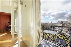 Luxury homes in floor-through apartment with a view of the Seine