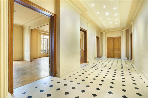 beautiful apartment in prestigious building luxury real estate