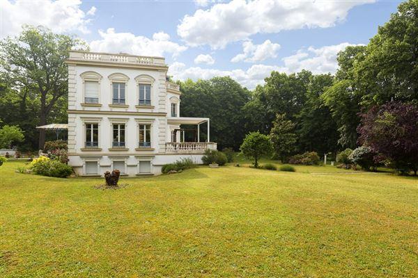 beautifully appointed elegant estate luxury properties