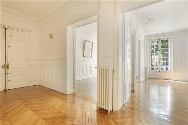Luxury properties floor through five-room apartment for rent