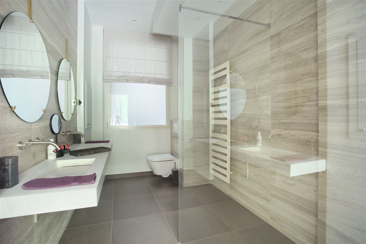 Luxury real estate a Prestigious Avenue Montaigne apartment