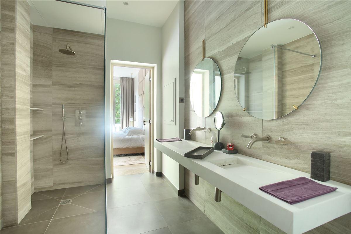 a Prestigious Avenue Montaigne apartment luxury real estate