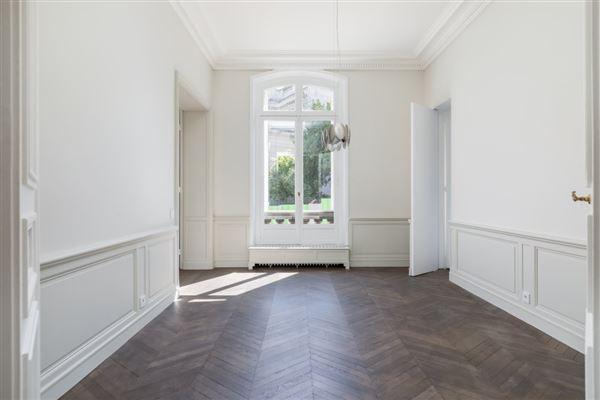 a sumptuous Haussmanian building in paris 16th mansions