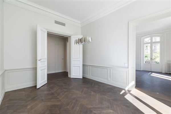 Luxury homes in a sumptuous Haussmanian building in paris 16th
