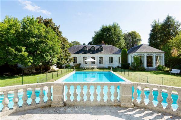 Luxury properties an elegant property in Marnes-La-Coquette