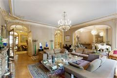 Mansions in first floor apartment In a sumptuous building