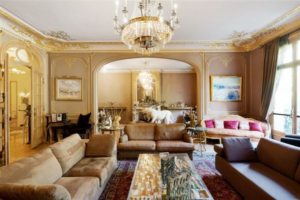 Luxury properties first floor apartment In a sumptuous building