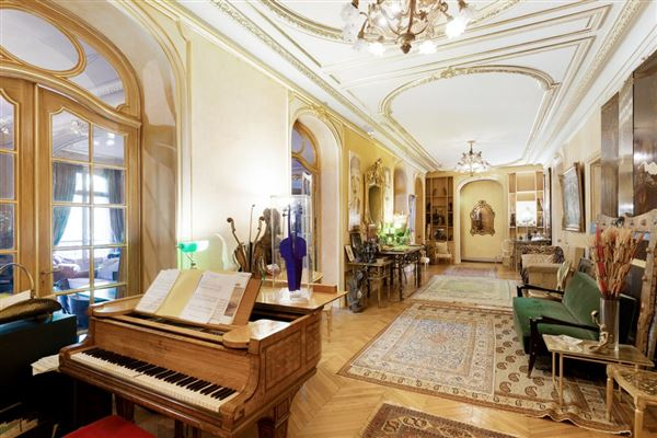 first floor apartment In a sumptuous building luxury properties