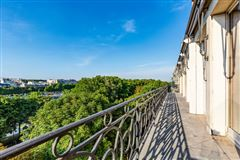 Mansions in magnificent apartment bathed in sunshine