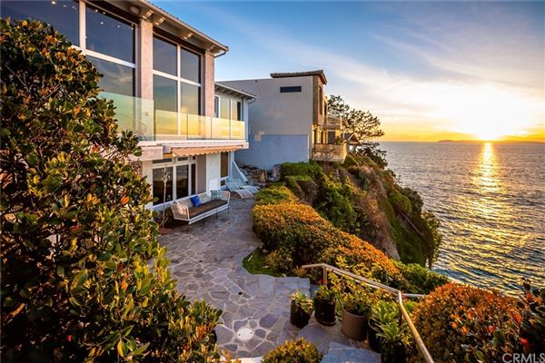Mansions in gorgeous contemporary oceanfront estate