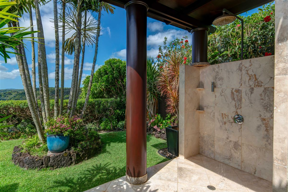 Luxury homes perfect Hawaiian portrait