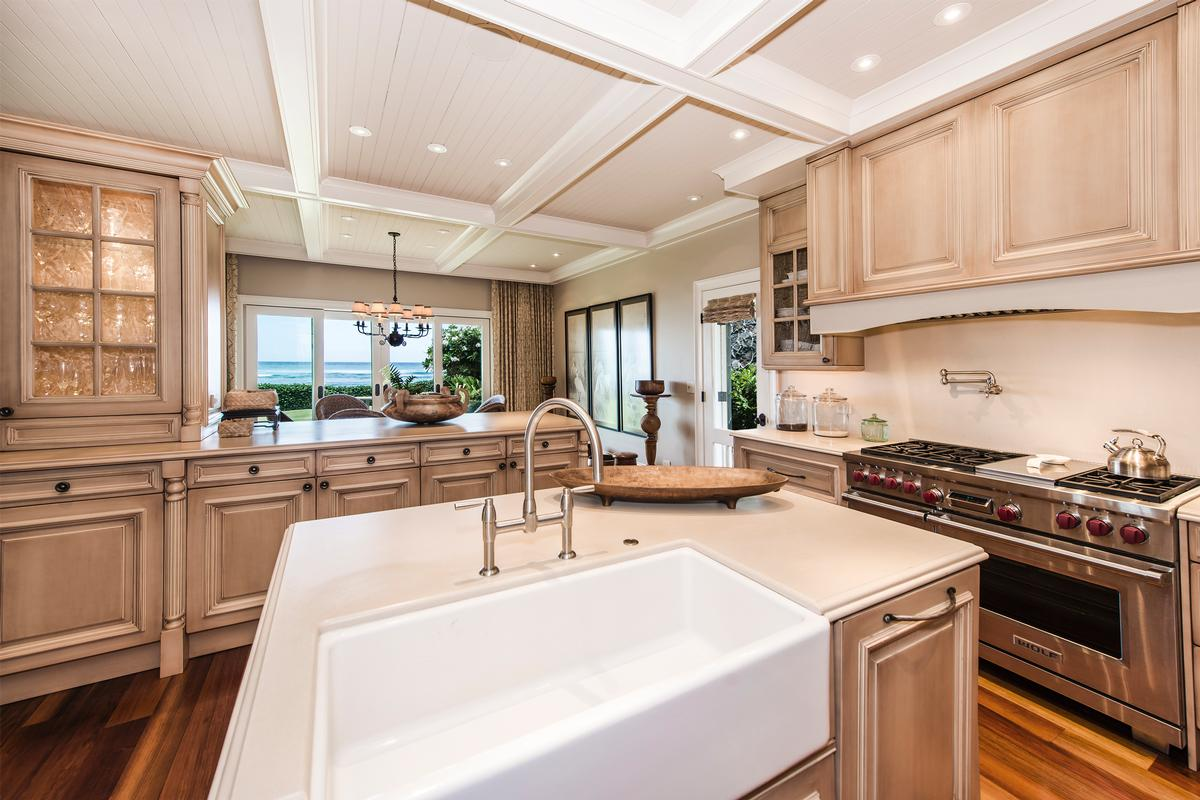 Luxury homes in beachfront diamond head retreat