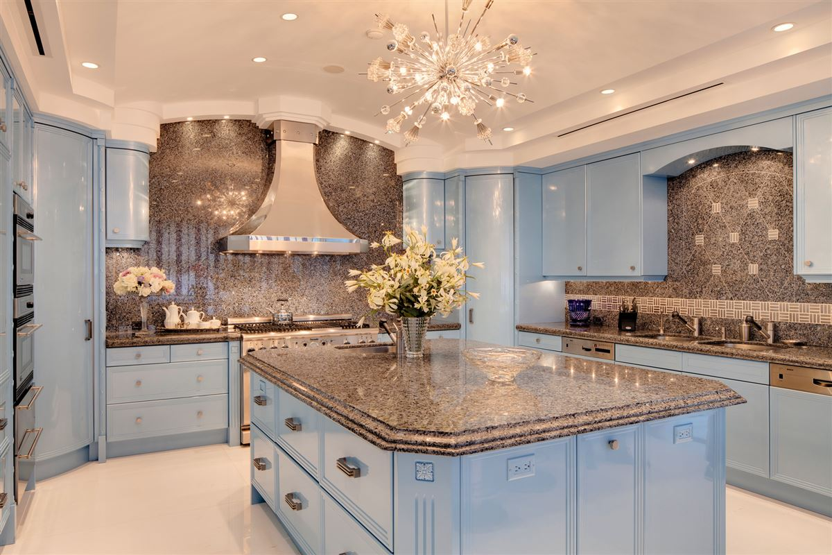 Hollywood glamour and New York elegance in honolulu mansions