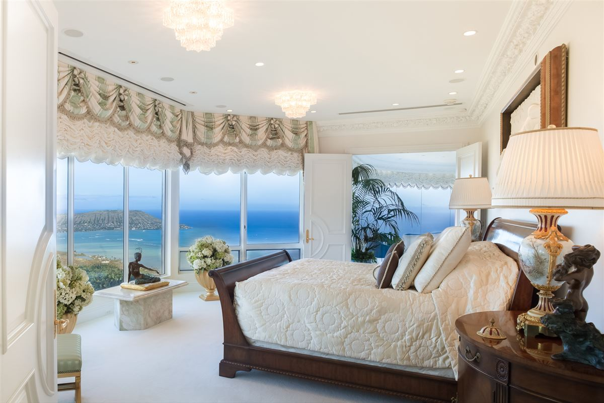 Mansions in  Hollywood glamour and New York elegance in honolulu