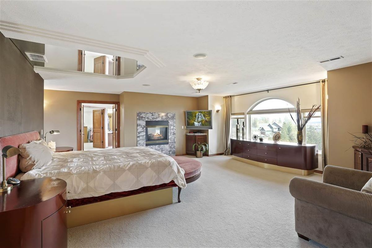 Mansions in Exquisite estate in Heart of Northwood