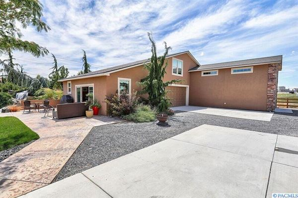 Mansions in equestrian estate in desired Rancho Reata area