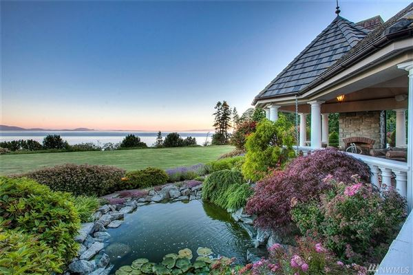Luxury homes in carefully built castle on the water