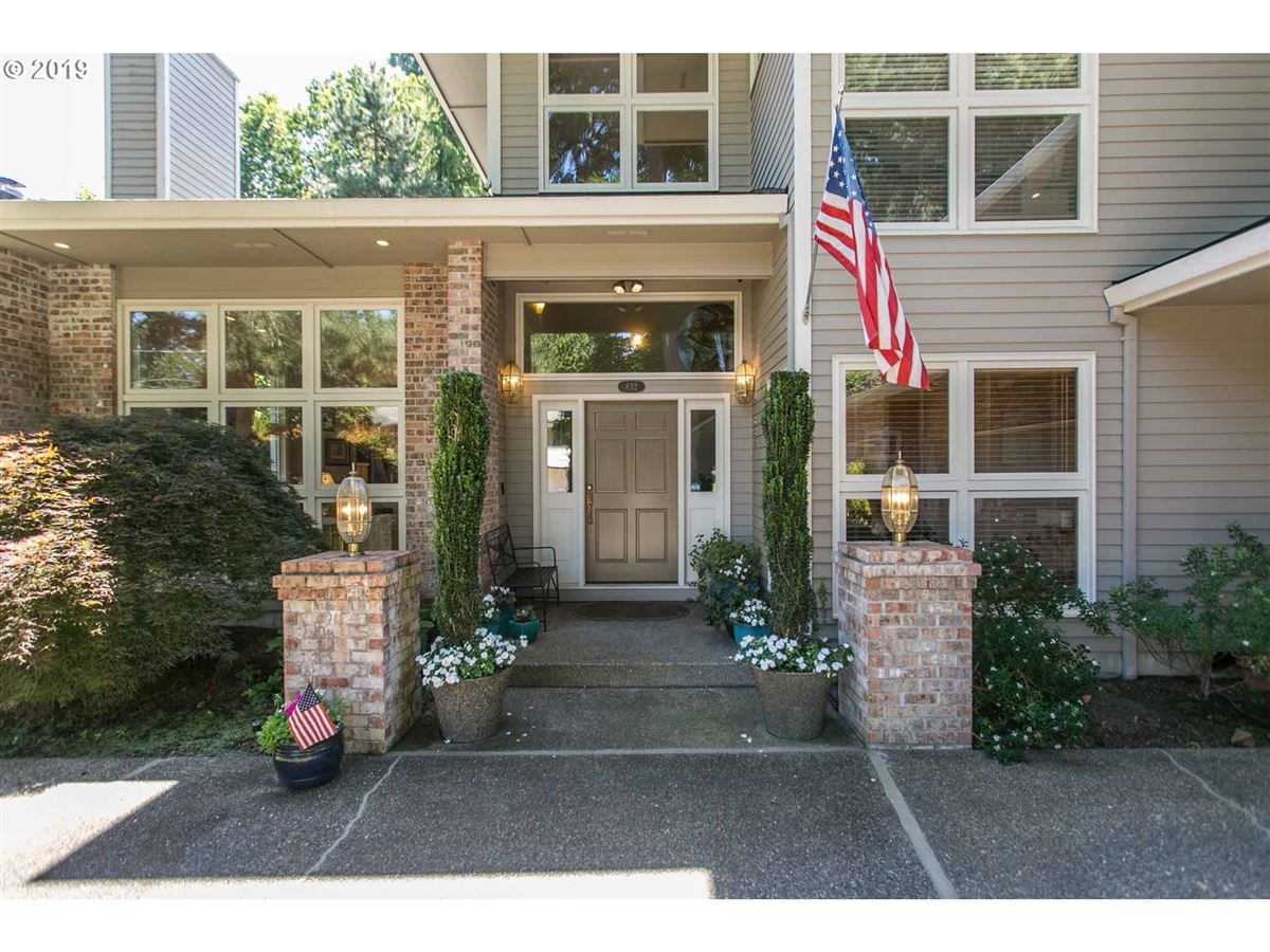 Beautiful Echo Pointe Home with Willamette River Boat Slip luxury real estate