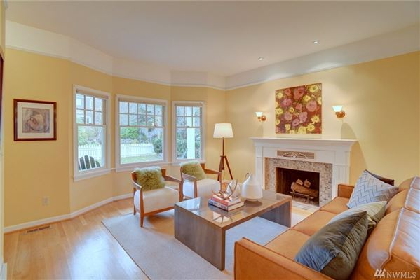 Lovely White Picket Fence Home With Western Views Washington