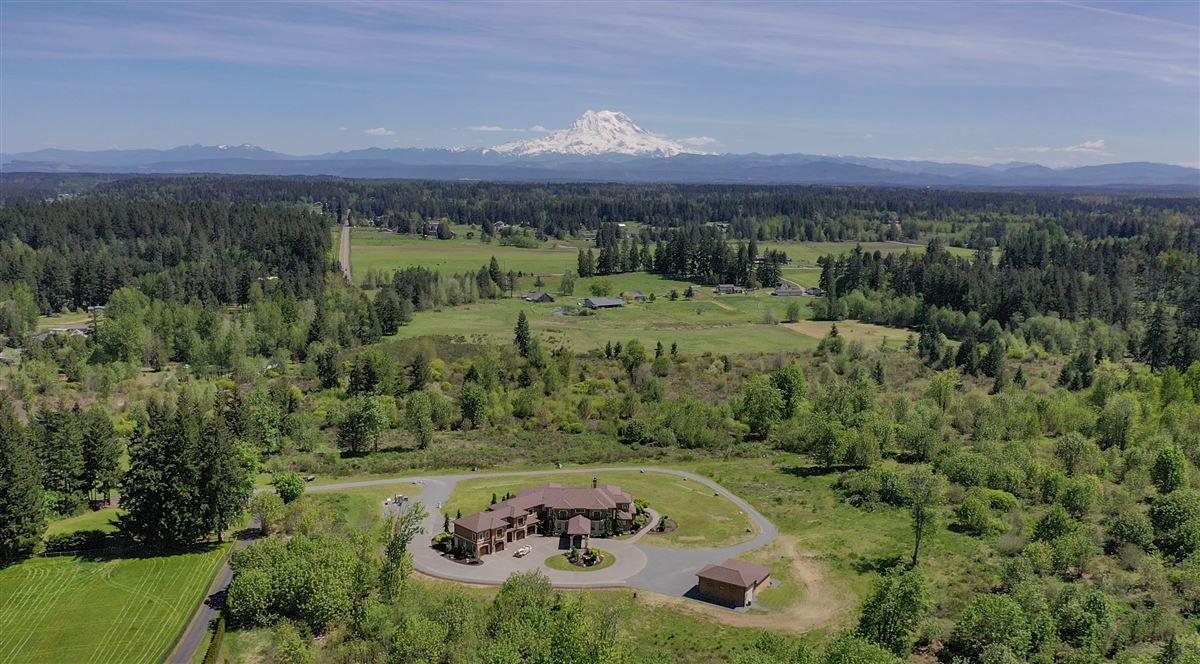 Mansions stunning views of Majestic Mt. Rainier