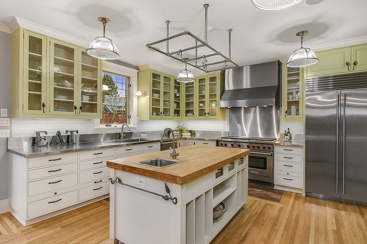 Mansions in gracious 1910 Craftsman remodeled to perfection