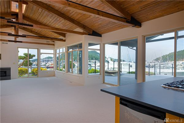 Mansions waterfront skyline rambler