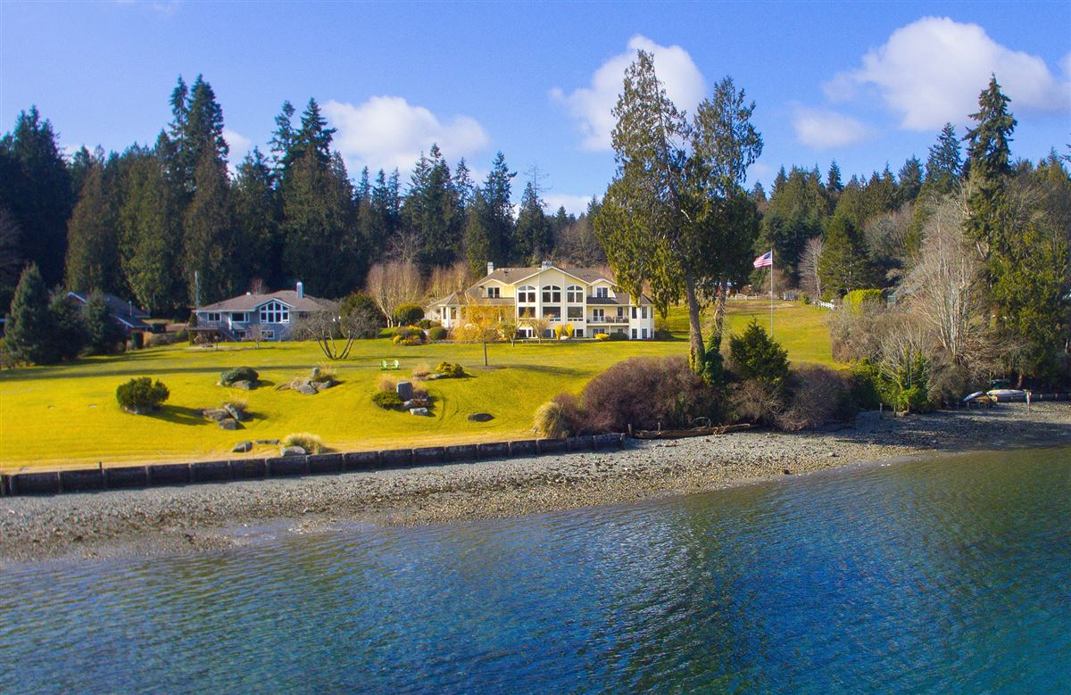 Luxury homes Superb low bank waterfront estate