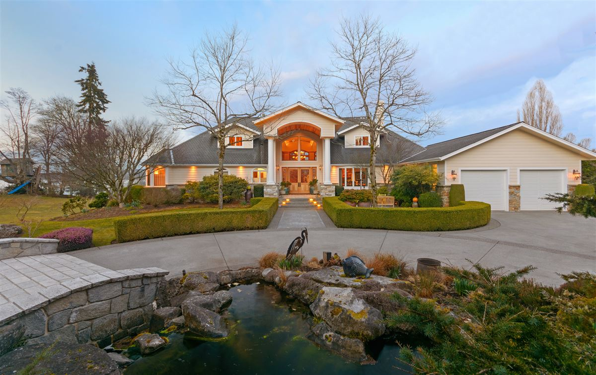 Mansions Superb low bank waterfront estate