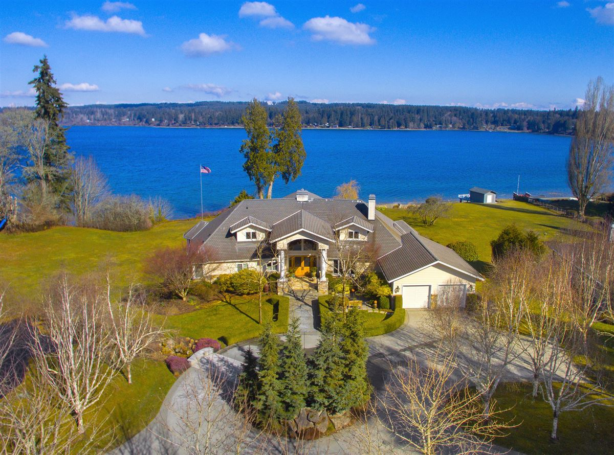Luxury homes in Superb low bank waterfront estate