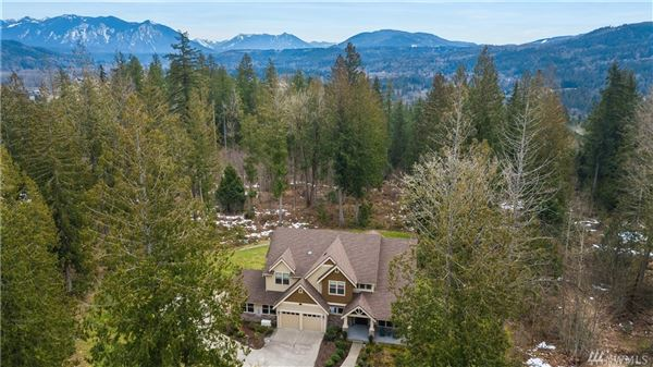 Mansions Pristine home on a three acre lot