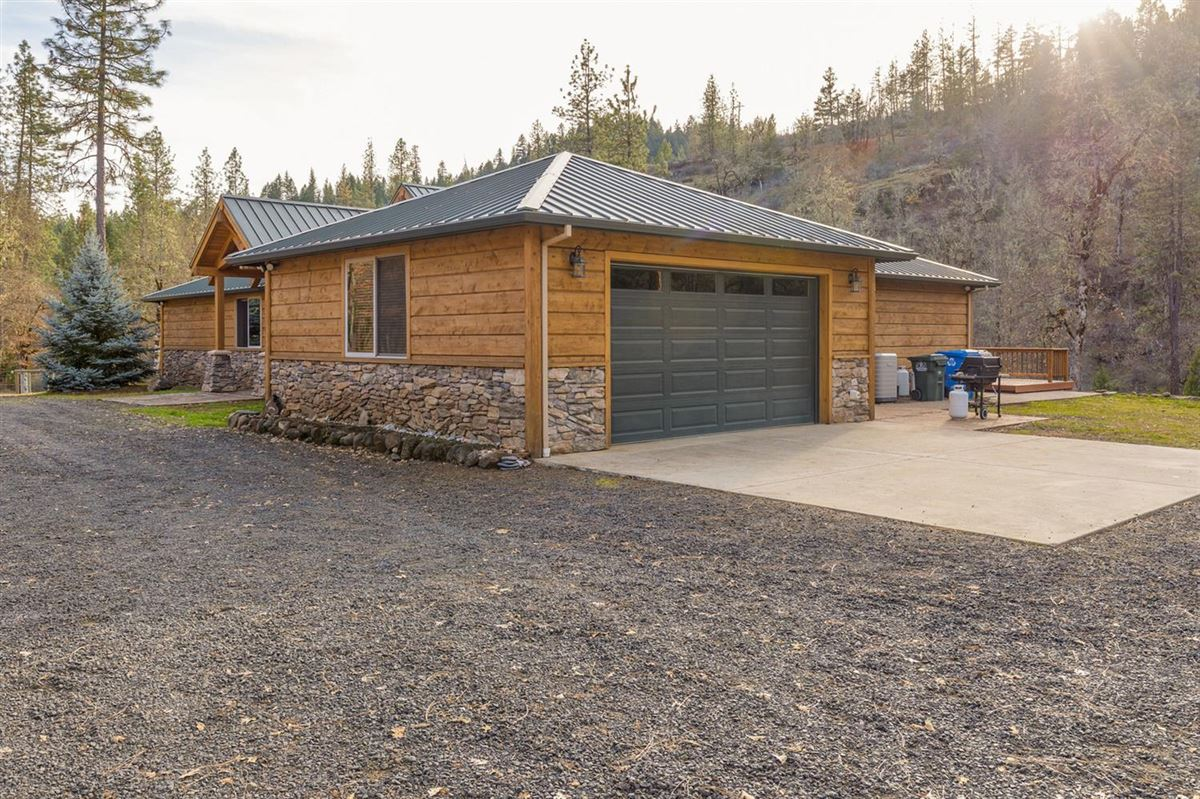 Mansions Premier rural home on Big Butte Creek