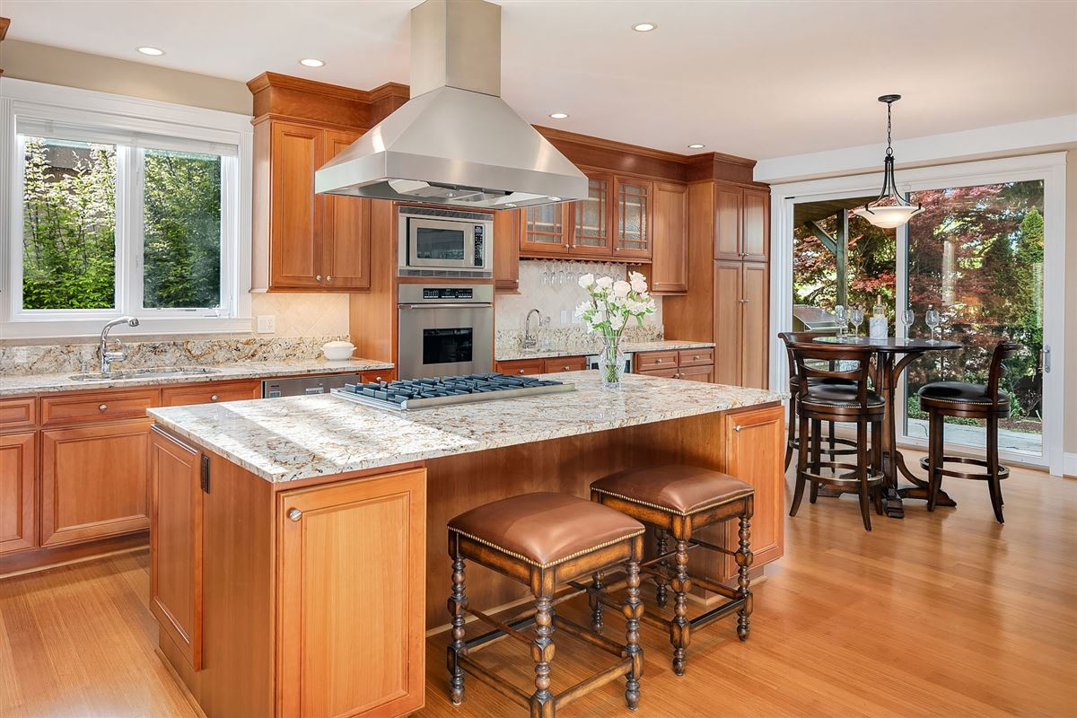 Luxurious Living In Lakeview luxury homes