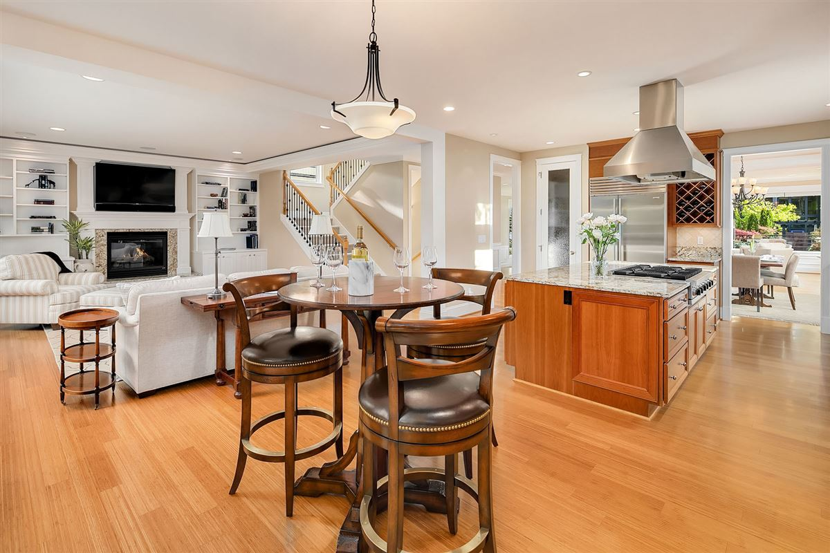 Luxurious Living In Lakeview luxury properties