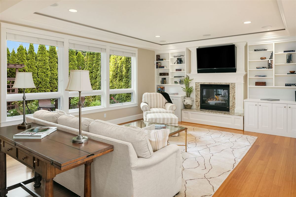 Mansions Luxurious Living In Lakeview