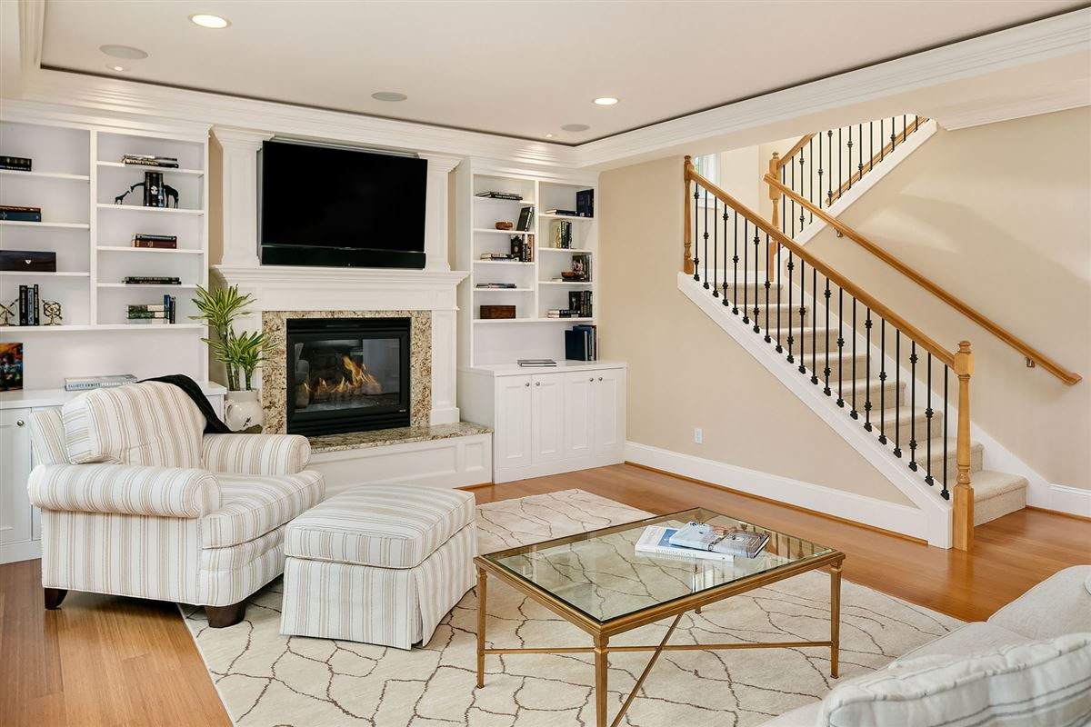 Luxurious Living In Lakeview mansions
