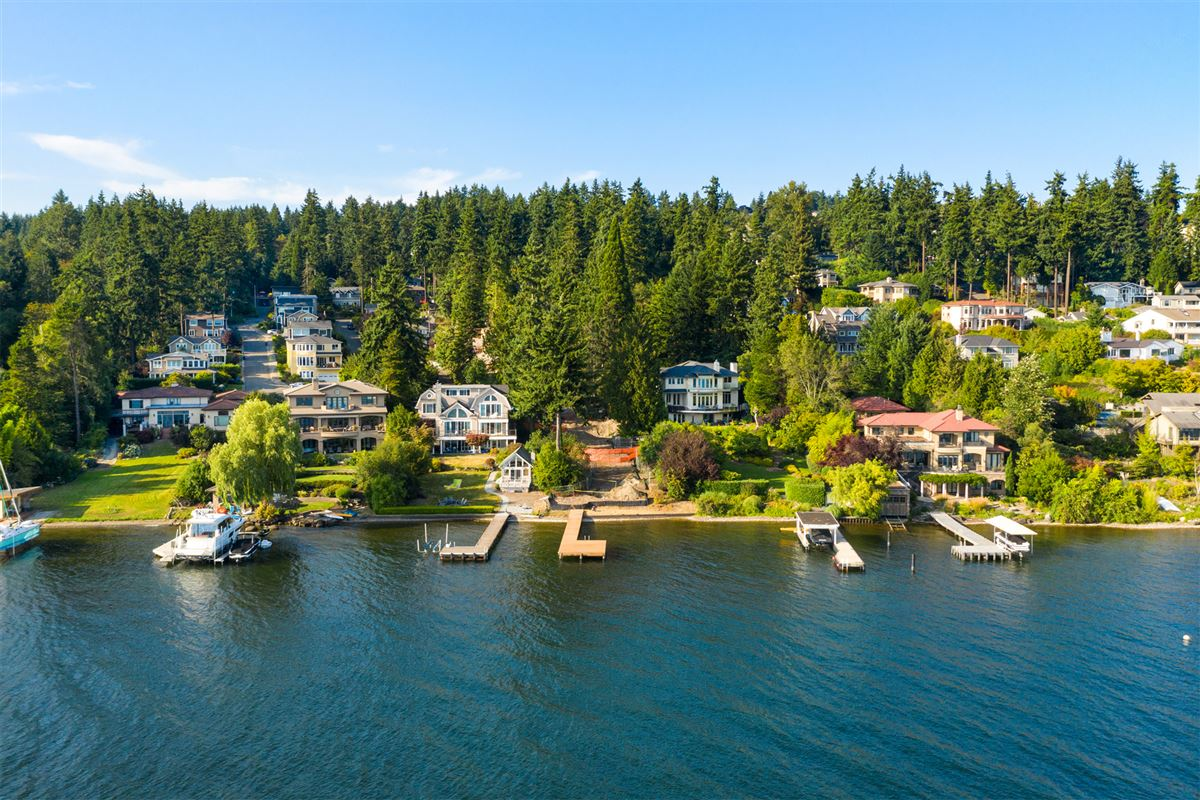 Luxury homes prime southwest-facing waterfront estate lot