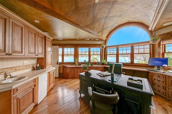 Luxury homes in everyday oasis on Lake Sammamish