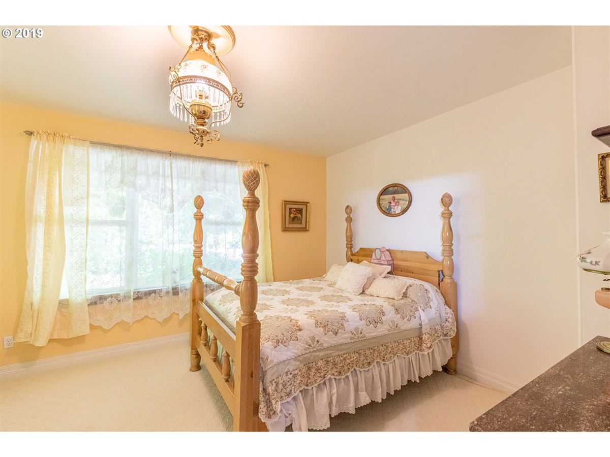 exquisite Hamptons-style Charleston Bay waterfront estate luxury properties