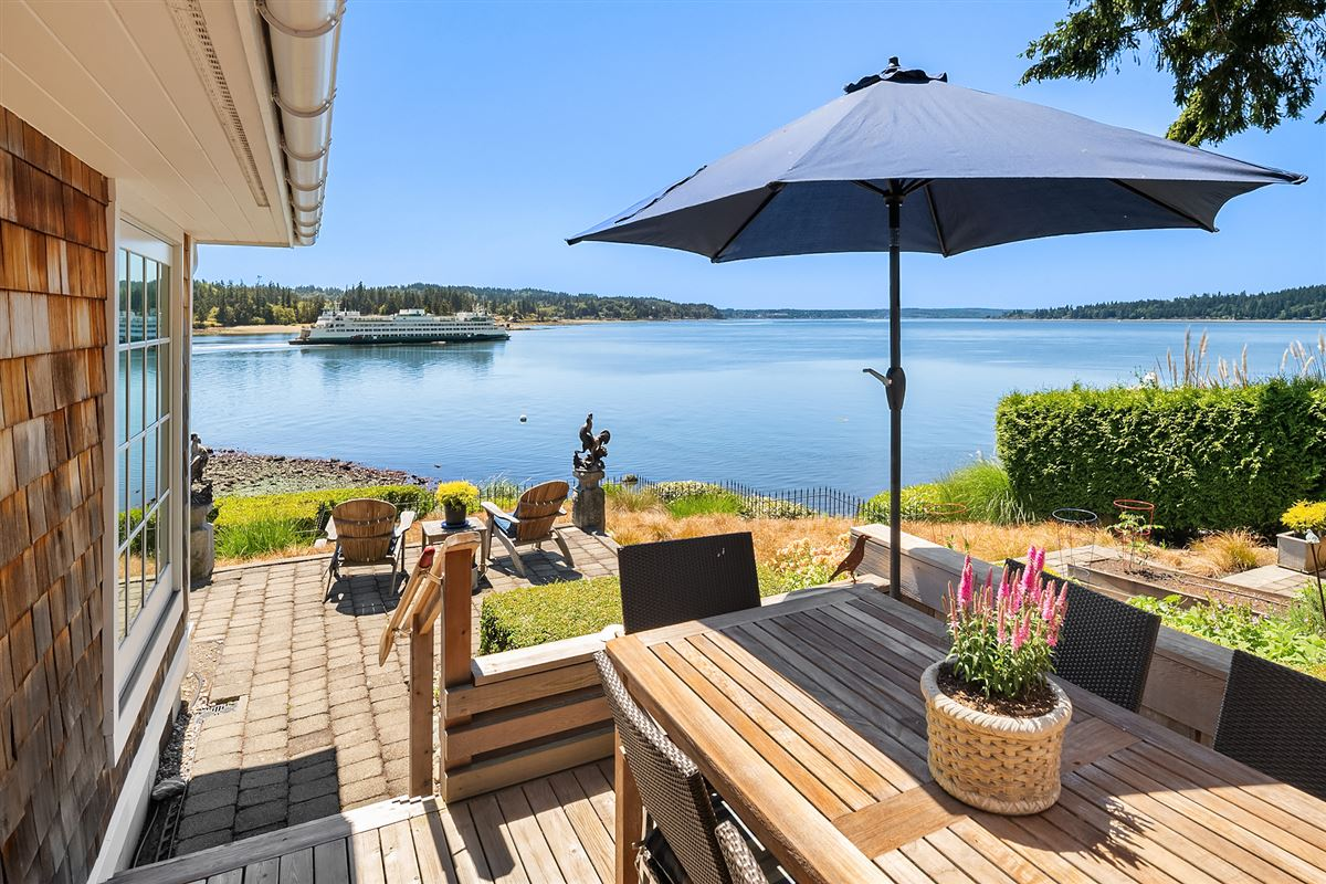 Luxury homes Captivating Cape Cod on 130 feet of low-bank waterfront