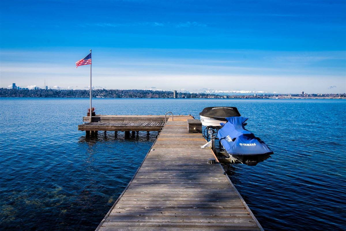 Luxury homes in Vacation year-round on the shores of Lake Washington