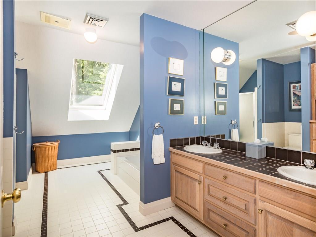 Luxury homes Stunning Lakefront Estate