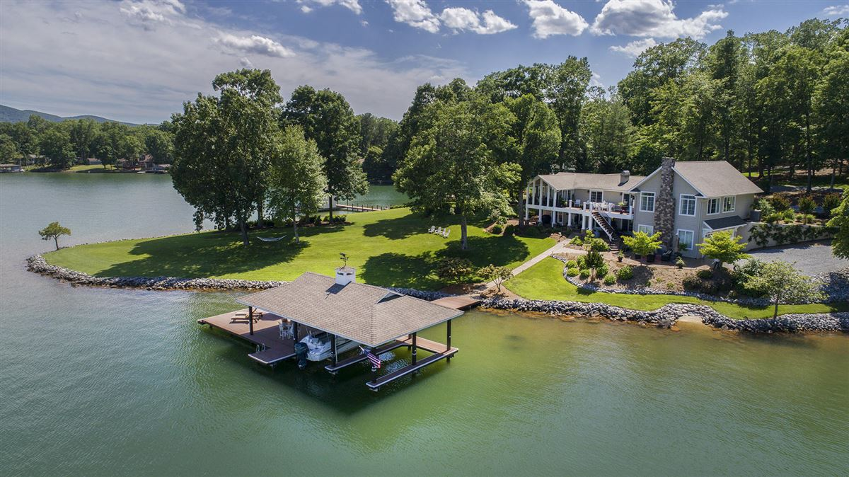 Luxury homes Stunning Lakefront Contemporary