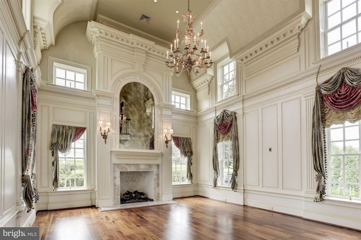 Luxury homes elegant mansion with 144 farm acres