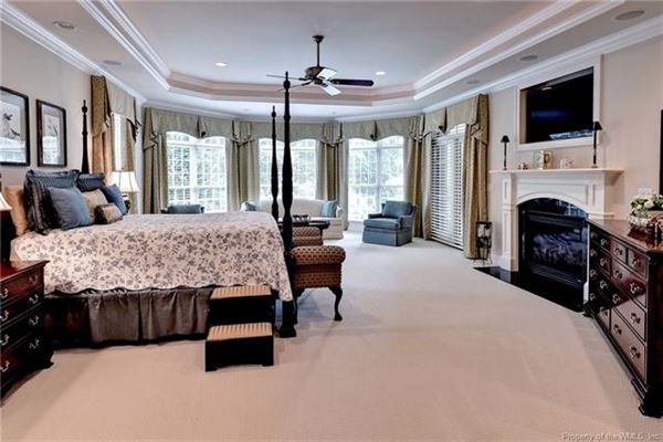 Luxury properties Outstanding golf-front home in Fords Colony