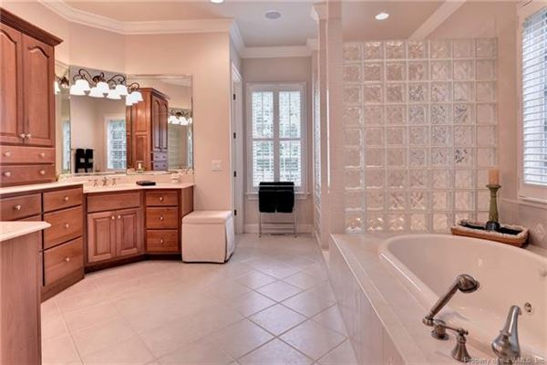 Outstanding golf-front home in Fords Colony mansions
