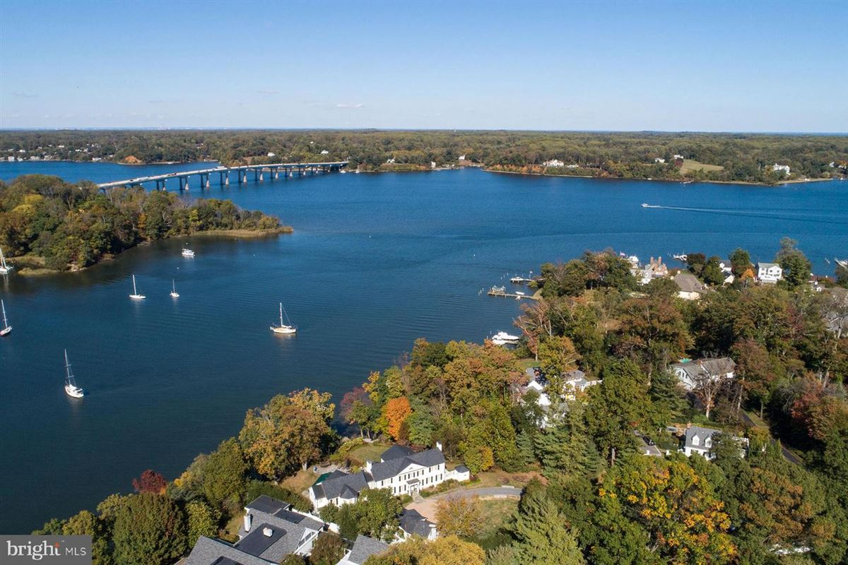 Luxury real estate waterfront in Wardour on Weems Creek